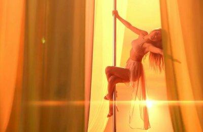 Mamamoo singer Solar pole dances in 'Do It Yourself' teaser
