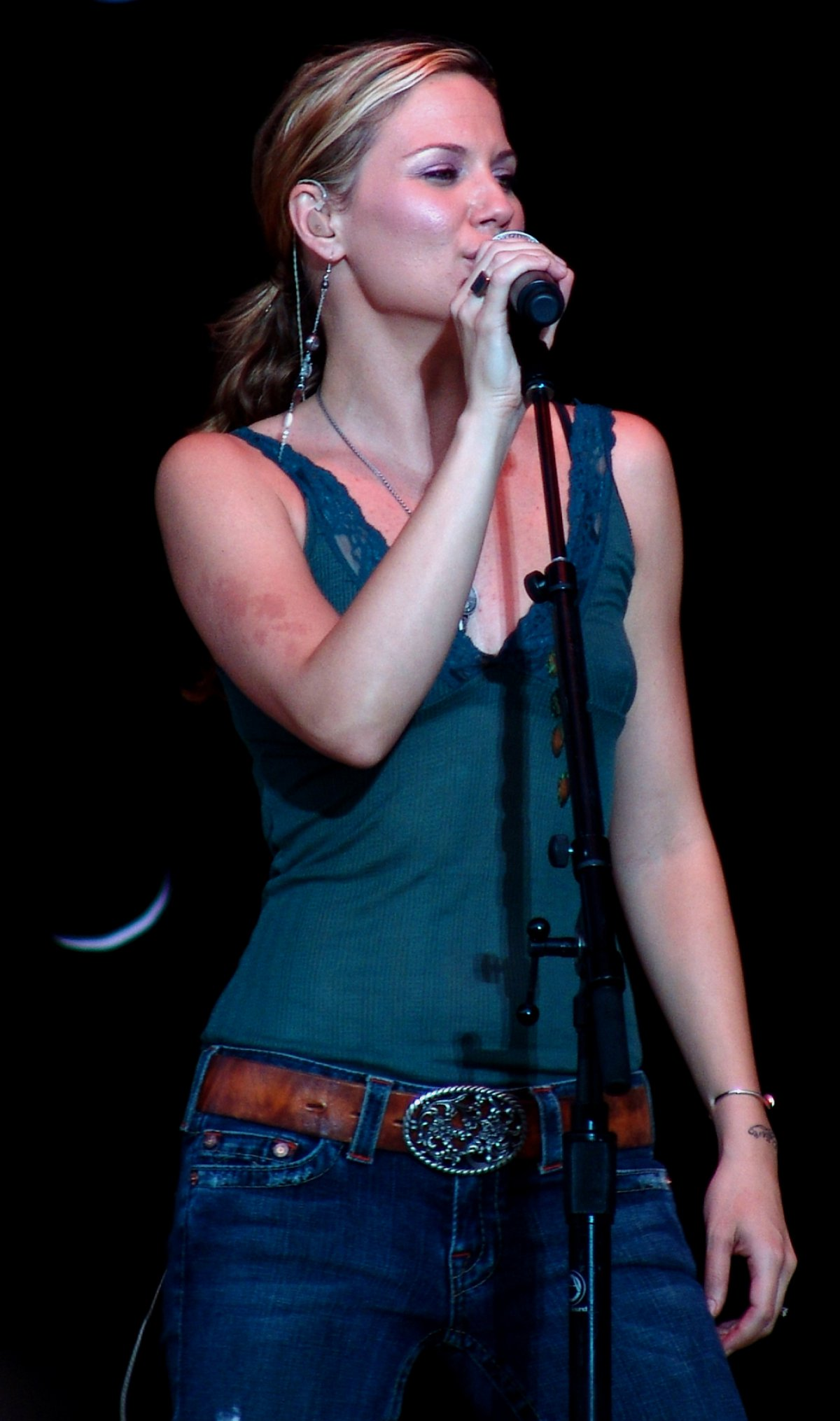 Jennifer Nettles to serve as host of \'CMA Country Christmas\' special ...